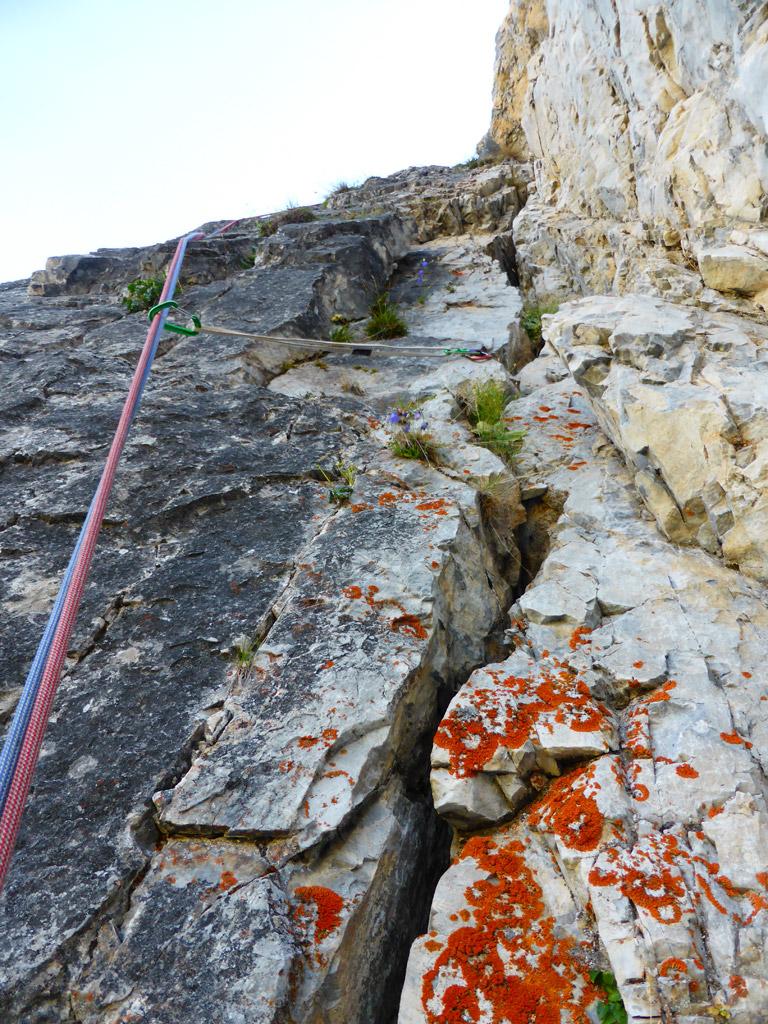 Die Rissverschneidung in SL 2 - nach etwa 5 m den Riss nach links verlassen