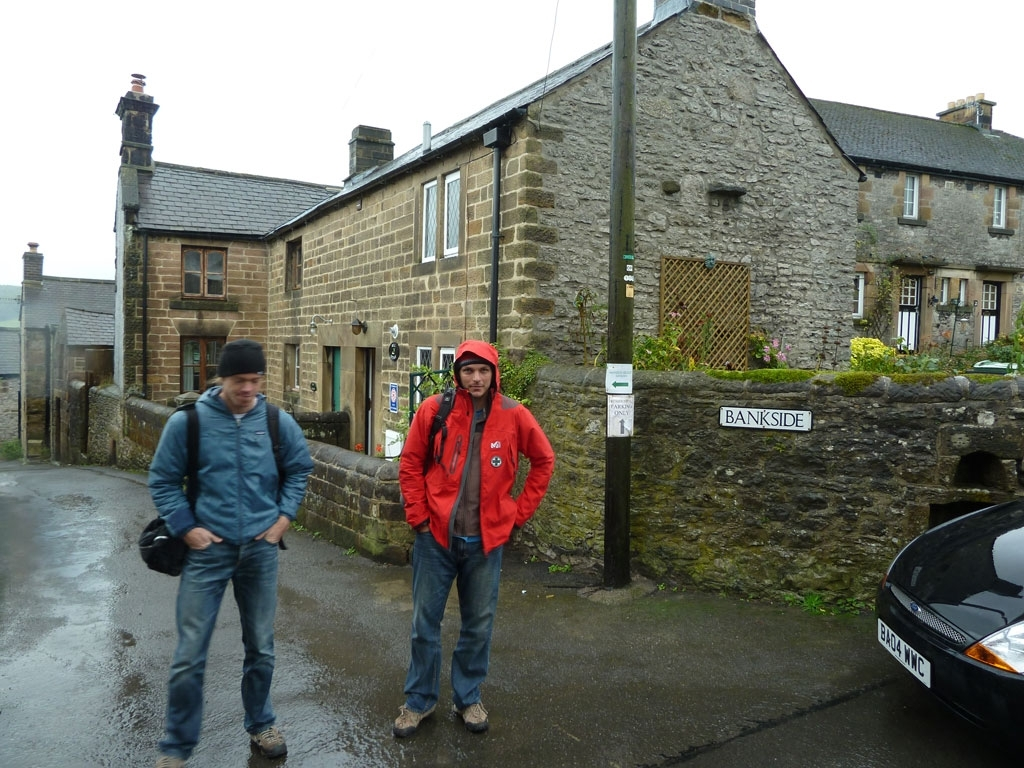 Tom und Lukas vor unserer Well Cottage