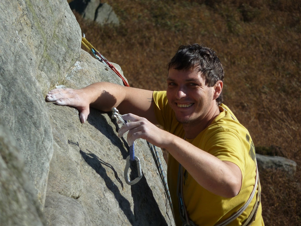 No Bolts allowed! Lukas demonstriert die Kunst des Cam-legens in der High Neb Buttress VS 4c - Stanage