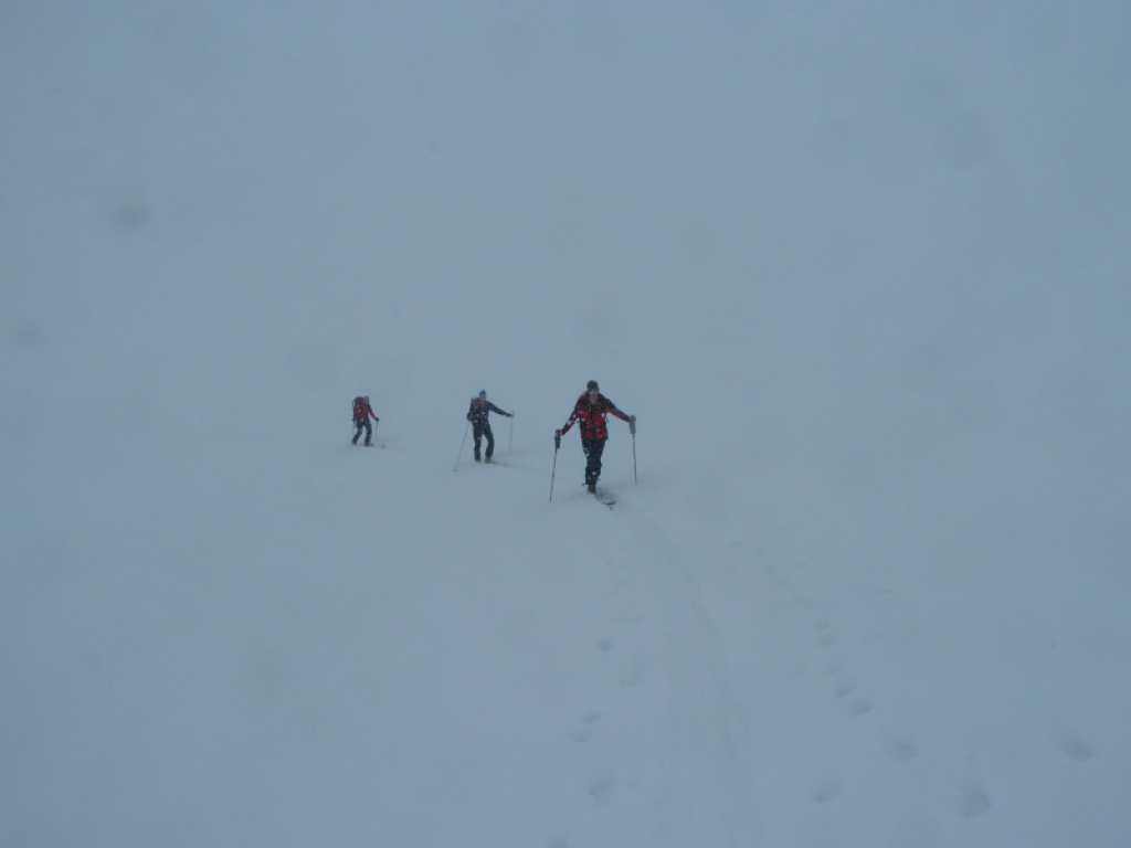 Im dichten Nebel Richtung Dreiländer Spitze